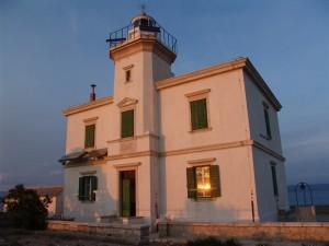 Svjetionik Otočić Pločica je izgrađen 1887. godine na istoimenom otočiću na sredini Korčulanskog kanala.
